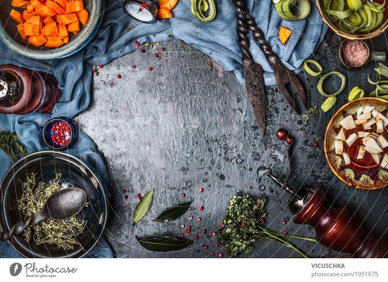 Kochen Hintergrund mit gehacktem Gemüse und Gewürze Lebensmittel Kräuter & Gewürze Öl Ernährung Bioprodukte Vegetarische Ernährung Diät Geschirr Teller