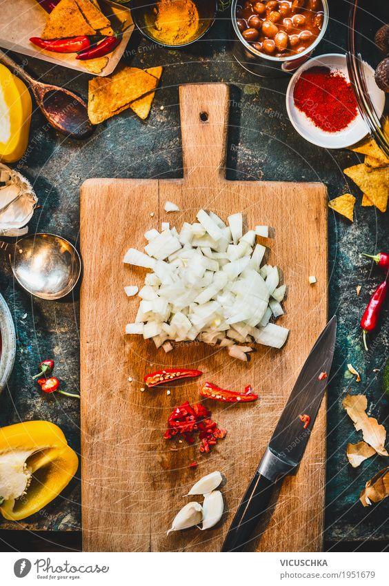 Gehackte Zwiebel, Chili und Knoblauch auf Schneidebrett Gesunde Ernährung Foodfotografie Leben Gesundheit Stil Lebensmittel Design Häusliches Leben Tisch