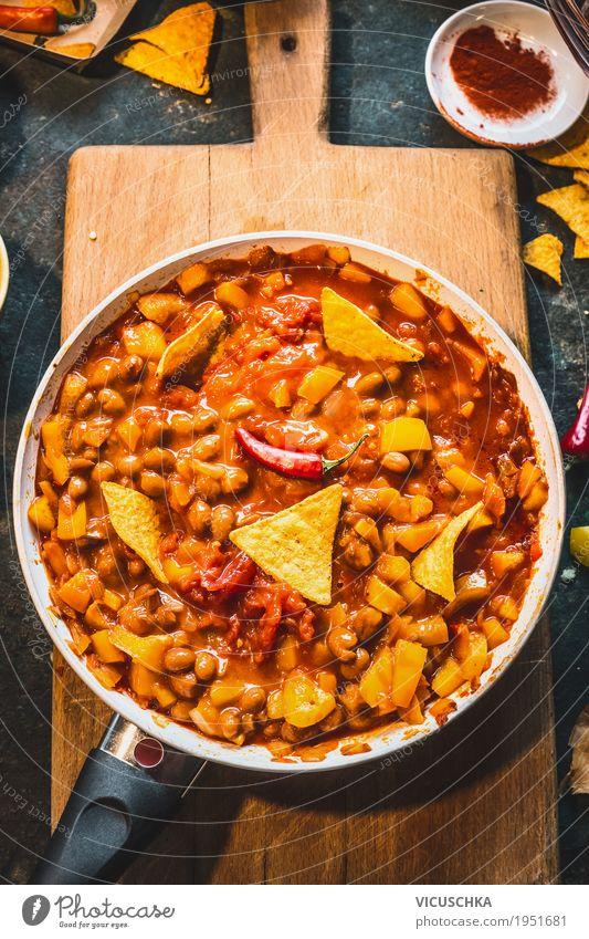 Vegetarisches Chili Con Carne in der Pfanne mit Tortillachips Gesunde Ernährung Speise Foodfotografie Leben Gesundheit Stil Lebensmittel Design Tisch