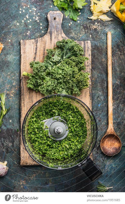 Gehackter Grünkohl Lebensmittel Gemüse Ernährung Bioprodukte Vegetarische Ernährung Diät Löffel Lifestyle Stil Design Gesunde Ernährung Tisch Küche Kochlöffel