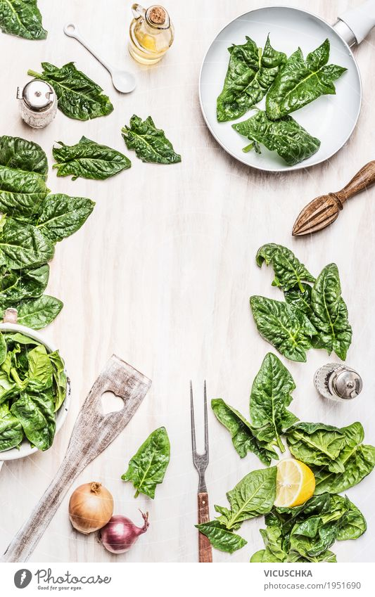 Küchentisch mit Spinat Lebensmittel Gemüse Salat Salatbeilage Kräuter & Gewürze Öl Ernährung Bioprodukte Vegetarische Ernährung Diät Geschirr