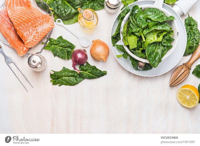 Raw Lachsfilet mit Spinat Lebensmittel Fisch Gemüse Kräuter & Gewürze Ernährung Mittagessen Abendessen Vegetarische Ernährung Diät Geschirr Pfanne Besteck Stil