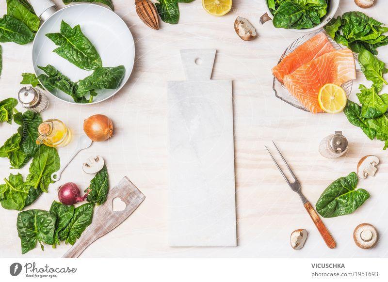 Gesundes Diät Essen mit Spinat Blätter und Lachs Lebensmittel Fisch Gemüse Kräuter & Gewürze Öl Ernährung Mittagessen Bioprodukte Vegetarische Ernährung