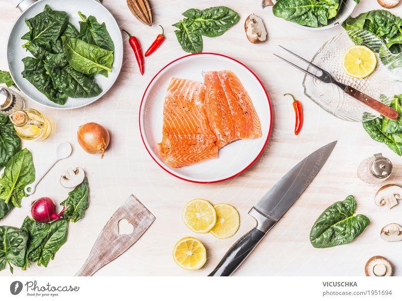 Lachs mit Spinat auf weißem Küchentisch Lebensmittel Fisch Gemüse Kräuter & Gewürze Öl Ernährung Mittagessen Abendessen Bioprodukte Vegetarische Ernährung Diät