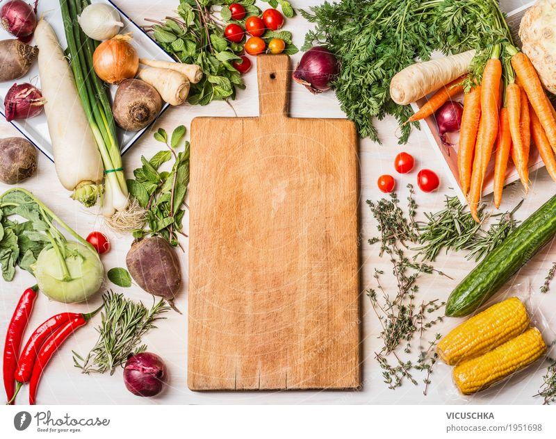 Schneidebrett und verschiedenes Gemüse fürs Kochen Lebensmittel Salat Salatbeilage Ernährung Bioprodukte Vegetarische Ernährung Diät kaufen Stil Design
