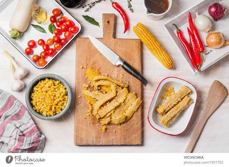 Mais Kochen , Zubereitung mit Schneidebrett, Messer und Zutaten Lebensmittel Gemüse Kräuter & Gewürze Öl Ernährung Mittagessen Abendessen Bioprodukte