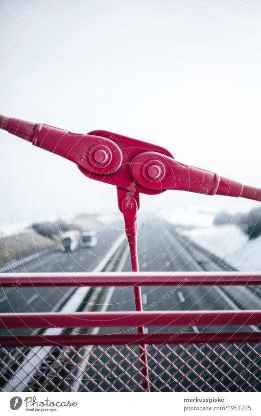 Fussgängerbrücke Ferien & Urlaub & Reisen Ferne Architektur Straße Freiheit Verkehr Ausflug PKW laufen Abenteuer beobachten Brücke Güterverkehr & Logistik