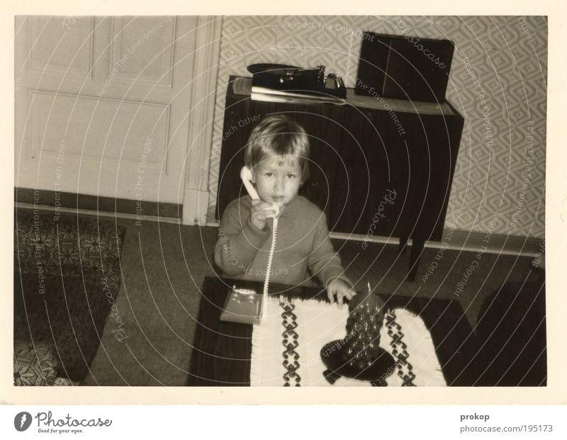 Support-Hotline '73 Mensch Kind Junge Spielen Wohnung sprechen Tisch retro Kerze Telekommunikation Häusliches Leben Innenarchitektur Tapete Kindheit Möbel