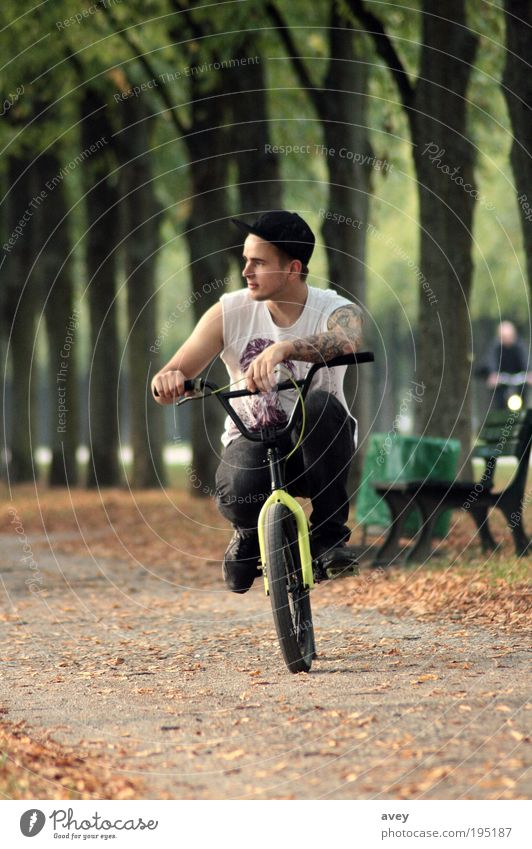 le solist de belleville Lifestyle Freizeit & Hobby Fahrrad maskulin Junger Mann Jugendliche 1 Mensch 18-30 Jahre Erwachsene T-Shirt Hose Mütze beobachten