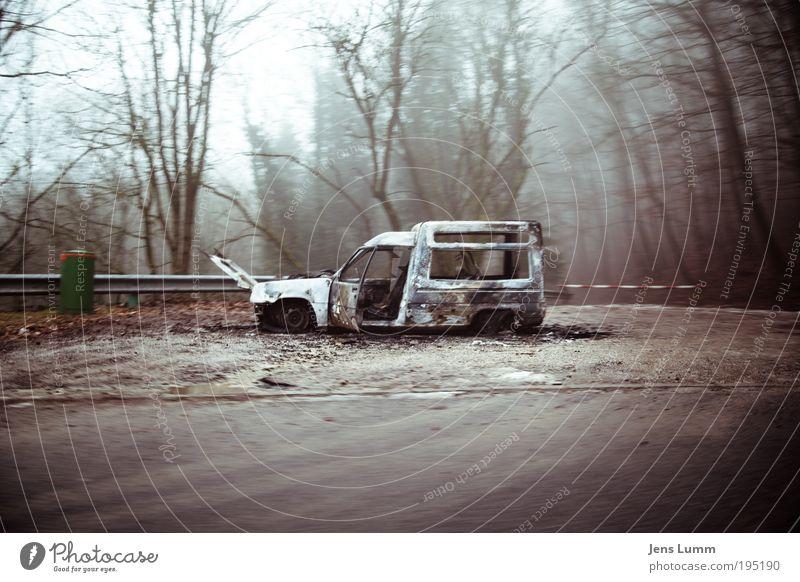 """""""You have reached your destination"""" Baum Straße PKW dreckig kaputt grün violett rot Desaster Surrealismus Schiffswrack Transporter ausgebrannt Straßenrand"""