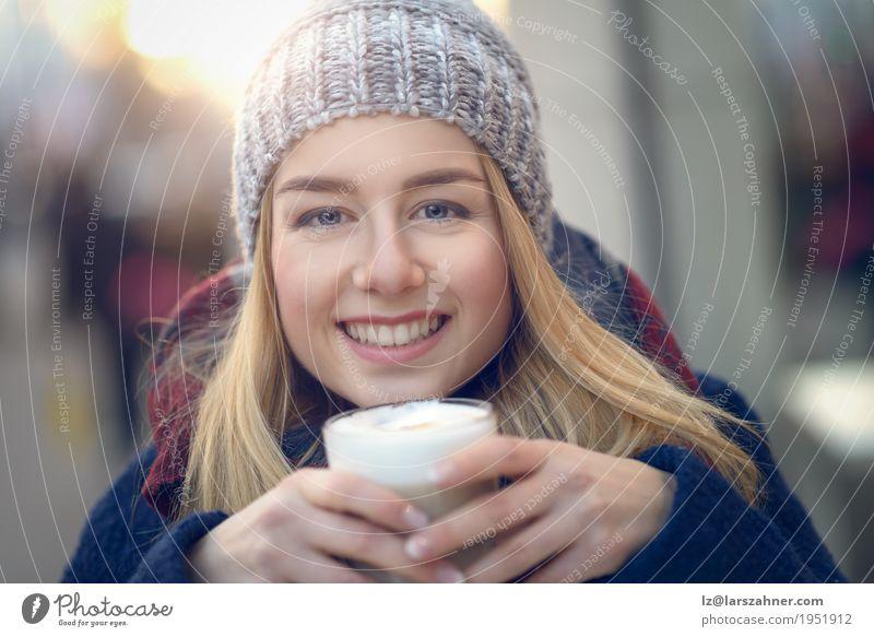 Junge blonde Frau, die großes Glas Kaffee trinkt Ernährung trinken Latte Macchiato Lifestyle Glück schön Gesicht Winter Erwachsene 1 Mensch 18-30 Jahre