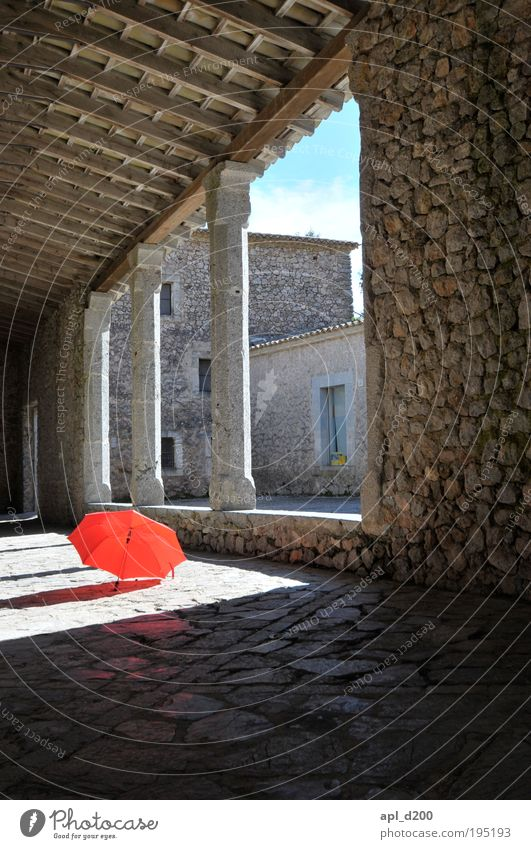 Heiter bis wolkig Freizeit & Hobby Dorf Altstadt Menschenleer Haus Kirche Bauwerk Gebäude Mauer Wand liegen ästhetisch Coolness retro rund braun grau rot