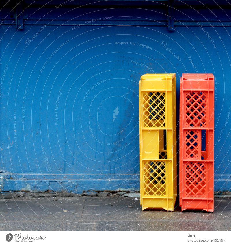 Brötchen sind schon aus blau rot gelb leer paarweise Güterverkehr & Logistik Kasten eckig Schalen & Schüsseln Objektfotografie minimalistisch Brotkorb Plastikkiste