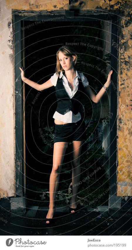 #195199 Lifestyle Stil Häusliches Leben Renovieren Umzug (Wohnungswechsel) Mensch Frau Erwachsene Ruine Mauer Wand Tür Mode Hemd Hose blond langhaarig stehen