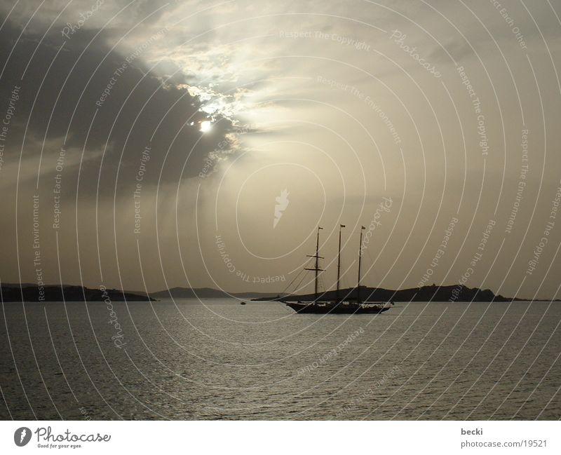 Schiff im Gegenlicht Meer dunkel Wasserfahrzeug Europa