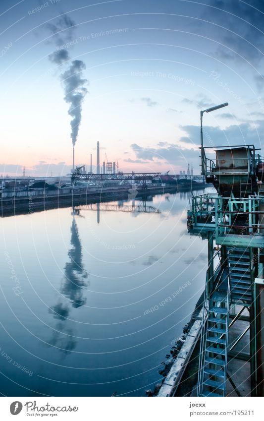 Hafenklang blau Wasser ruhig Treppe Idylle hoch groß Industrie Industriefotografie Fabrik Verkehrswege Abenddämmerung Abgas Schornstein Industrieanlage