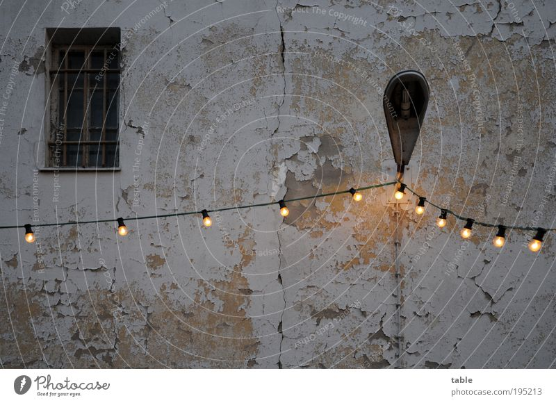 let`s party . . . alt Freude Haus dunkel Wand Fenster Architektur Mauer Stein Stimmung Metall Feste & Feiern Glas Fassade Lifestyle Kabel