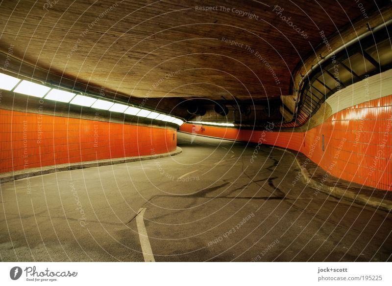 freie Fahrt für Unterweltler im Tunnel Straße Beton leuchten groß lang retro trist orange Kurve Mittelstreifen Fliesen u. Kacheln Siebziger Jahre Tunnelblick