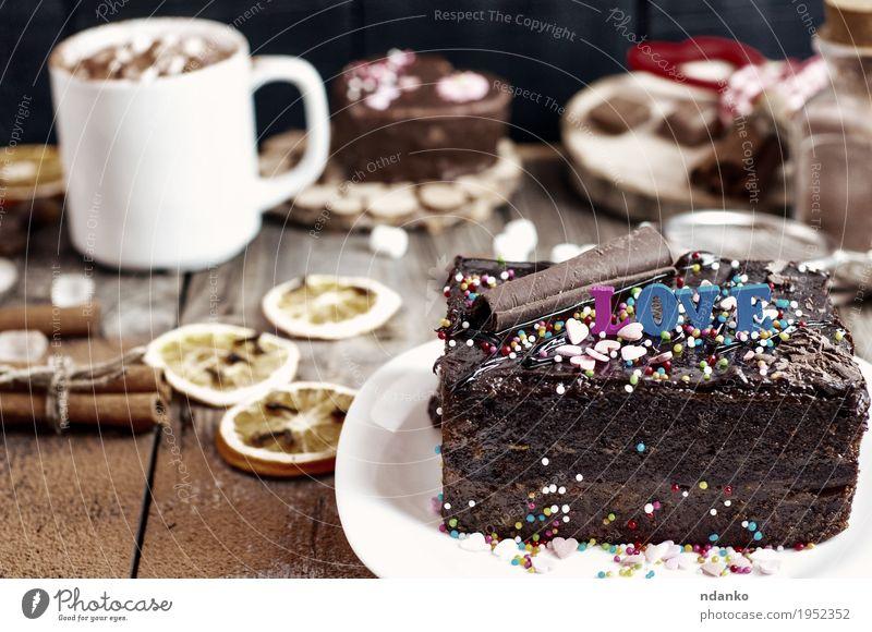 Stück Schokoladenkuchen auf einem weißen Teller Sacher Frucht Dessert Essen Frühstück Getränk Kakao Kaffee Becher Tisch Restaurant Holz Liebe lecker braun grau