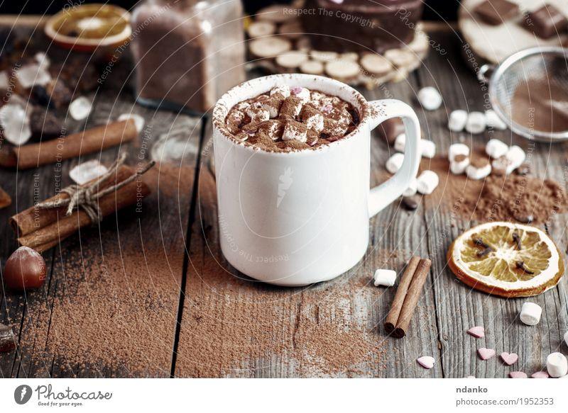Cup mit Beve und Marshmallow mit Kakaopulver bestreut Frucht Dessert Kräuter & Gewürze Getränk Heißgetränk Becher Tisch Holz Glas alt frisch heiß lecker