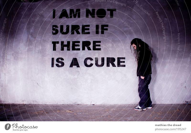 I AM NOT SURE alt Jugendliche Einsamkeit Erwachsene kalt dunkel Wand Gebäude Traurigkeit Mauer Fassade Schilder & Markierungen maskulin Schriftzeichen
