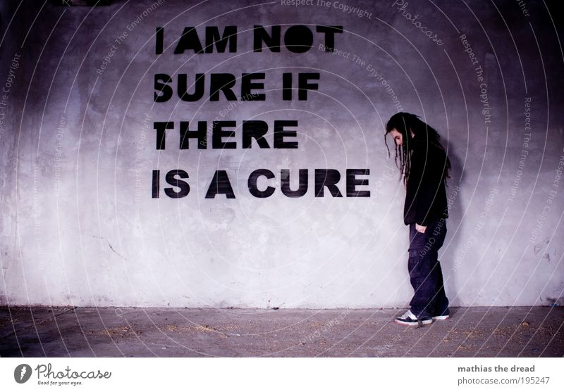 I AM NOT SURE alt Jugendliche Einsamkeit Erwachsene kalt dunkel Wand Gebäude Traurigkeit Mauer Fassade Schilder & Markierungen maskulin Schriftzeichen außergewöhnlich trist