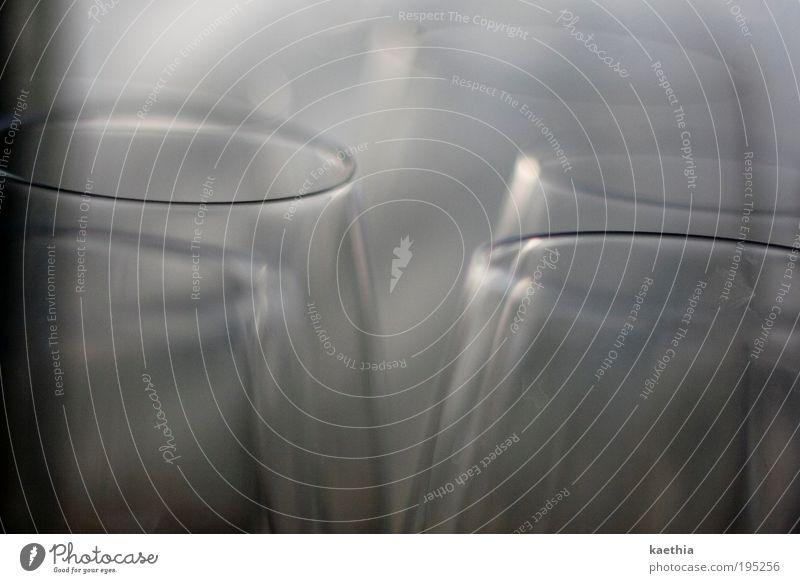 tanzendes glas Glas Sektglas glänzend leuchten rund Durst Gastronomie Weinglas Reflexion & Spiegelung Licht Lichtbrechung Schatten Oberfläche Unschärfe