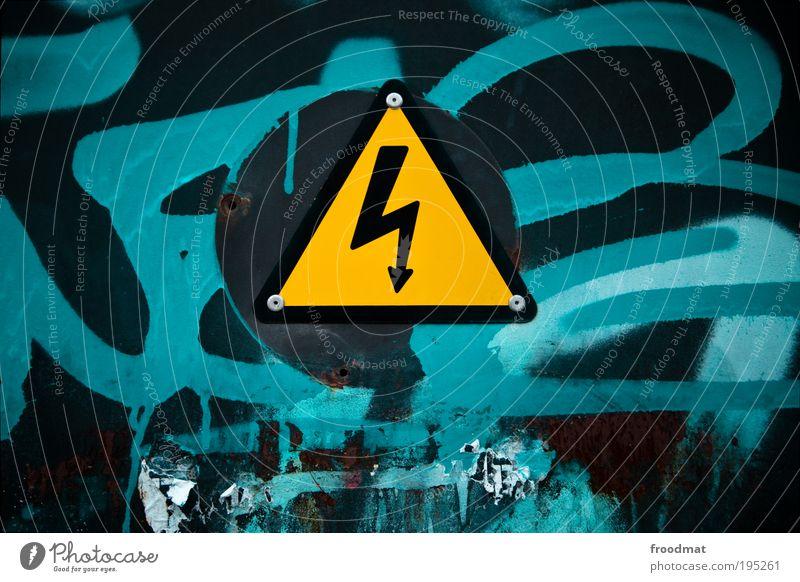 immer unter strom blau gelb Graffiti Farbstoff Kunst dreckig Energie Elektrizität gefährlich bedrohlich Hinweisschild Symbole & Metaphern Zeichen Pfeil Blitze türkis