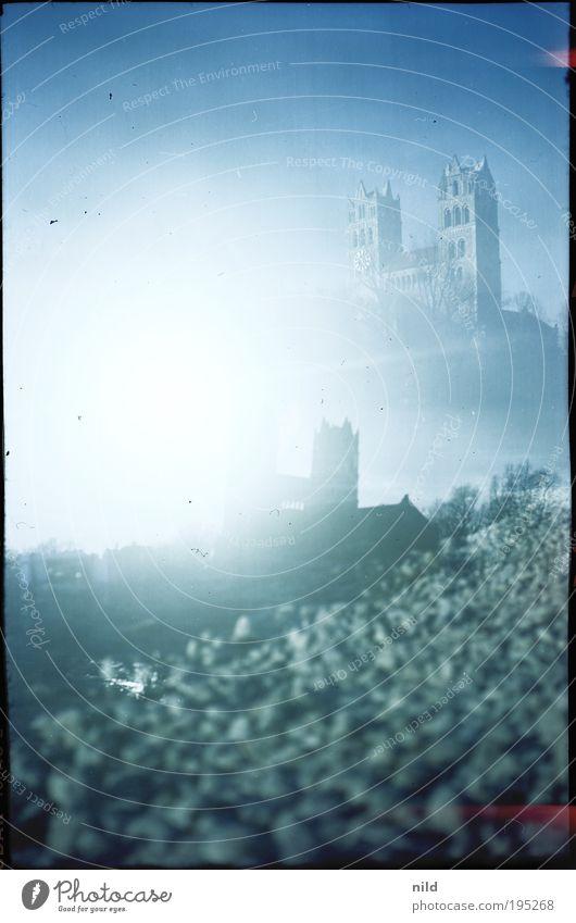 Isarstadt Landschaft Wasser Wolkenloser Himmel Sonne Sonnenlicht Flussufer Strand München Menschenleer Kirche Dom Turm Bauwerk Gebäude St. Maximilian retro blau