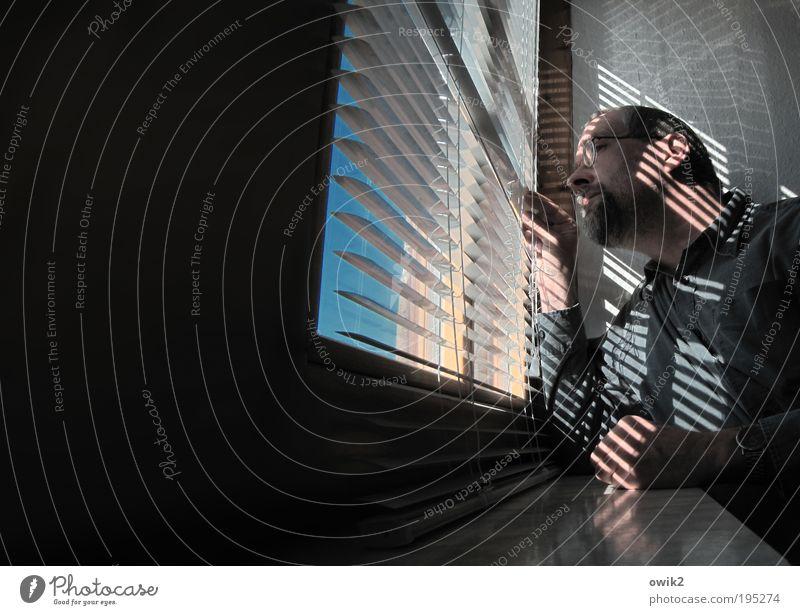 Streifenpolizist Mensch Mann Fenster Erwachsene maskulin Häusliches Leben beobachten geheimnisvoll Neugier Interesse Überraschung klug erstaunt staunen Jalousie