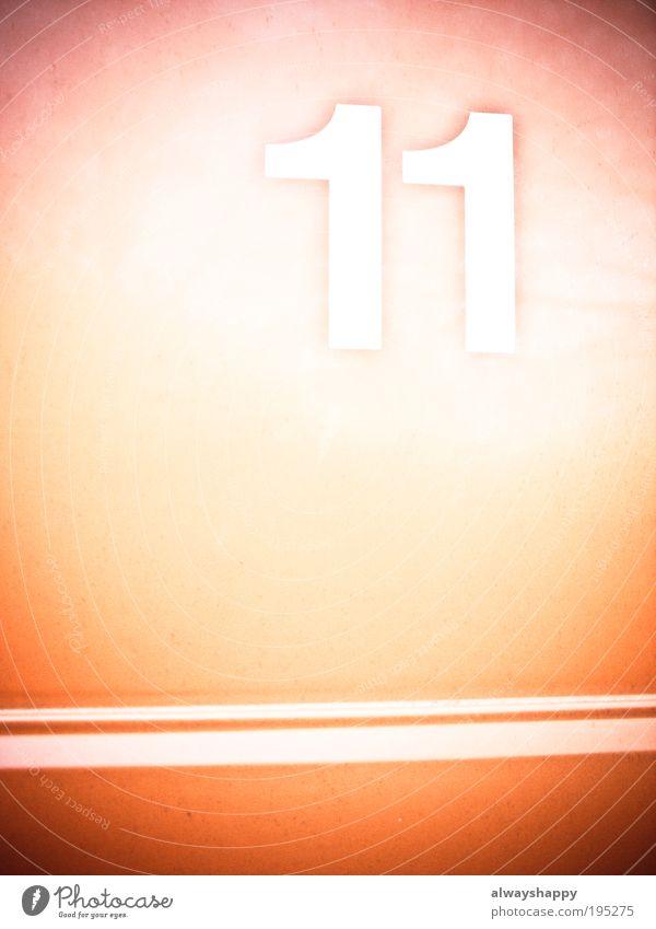 Maßlosigkeit oder elfsaitige Harfe? Kunst Kunstwerk Metall Ziffern & Zahlen Kommunizieren rot weiß Farbfoto Außenaufnahme Experiment abstrakt Textfreiraum links