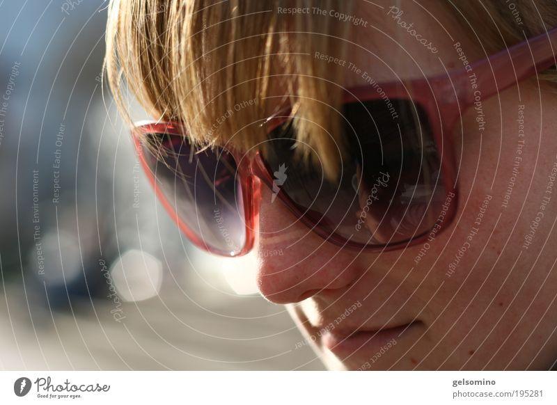 Penneys feminin Junge Frau Jugendliche Kopf Haare & Frisuren 1 Mensch Sonnenbrille Farbfoto Nahaufnahme Tag Porträt Blick nach unten Wegsehen