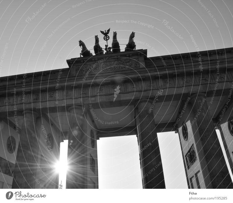 Strahlendes Tor Wand Mauer Fassade Idylle Denkmal Berlin Wahrzeichen Schwarzweißfoto Sehenswürdigkeit Hauptstadt Identität Tür Licht Brandenburger Tor