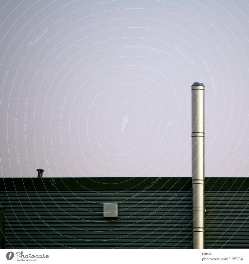 Baumarktrakete, sagt Lukas Schornstein Haus Lager Schacht Abdeckung glänzend Rohr vertikal Farbfoto Gedeckte Farben Außenaufnahme Blechwand Ecke graphisch