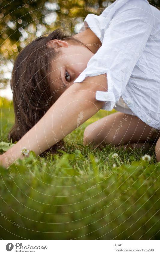 unerkannt feminin Junge Frau Jugendliche Gras brünett langhaarig knien Blick Schutz Verschwiegenheit Scham Angst Schüchternheit Schwäche unschuldig Farbfoto