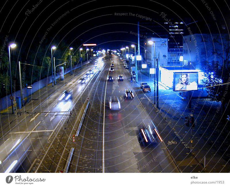 nachtfahrt Nacht Langzeitbelichtung Haus Werbung Lampe Licht Verkehr PKW Straße