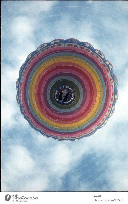 Luftballon Freizeit & Hobby Farbe Ballone Ballonfahrt Ballonstart Vor hellem Hintergrund Freisteller Wolkenhimmel Froschperspektive
