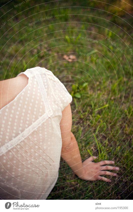 entspannt Erholung ruhig Mensch feminin Junge Frau Jugendliche Natur Gras Park Wiese sitzen Gelassenheit geduldig Idylle Farbfoto Außenaufnahme