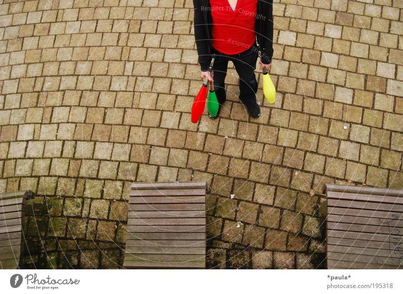 Falsche Welt Mensch Jugendliche rot schwarz Einsamkeit Holz Stein braun warten außergewöhnlich stehen trist einzigartig T-Shirt geheimnisvoll