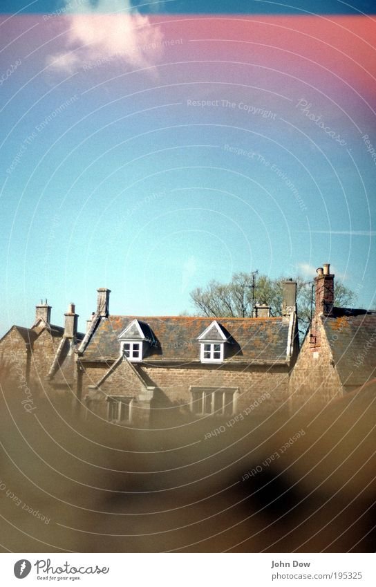 in the countryside Himmel Wolken Haus Fenster Fassade Häusliches Leben Idylle Schönes Wetter Dach Neugier Dorf Loch Schornstein ländlich England Heimweh