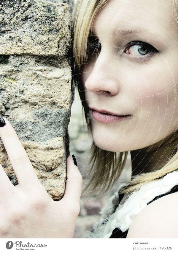 Jaky II Mensch feminin Junge Frau Jugendliche Erwachsene Kopf Haare & Frisuren Gesicht Auge Nase Mund Lippen Hand Finger 1 18-30 Jahre Mauer Wand blond
