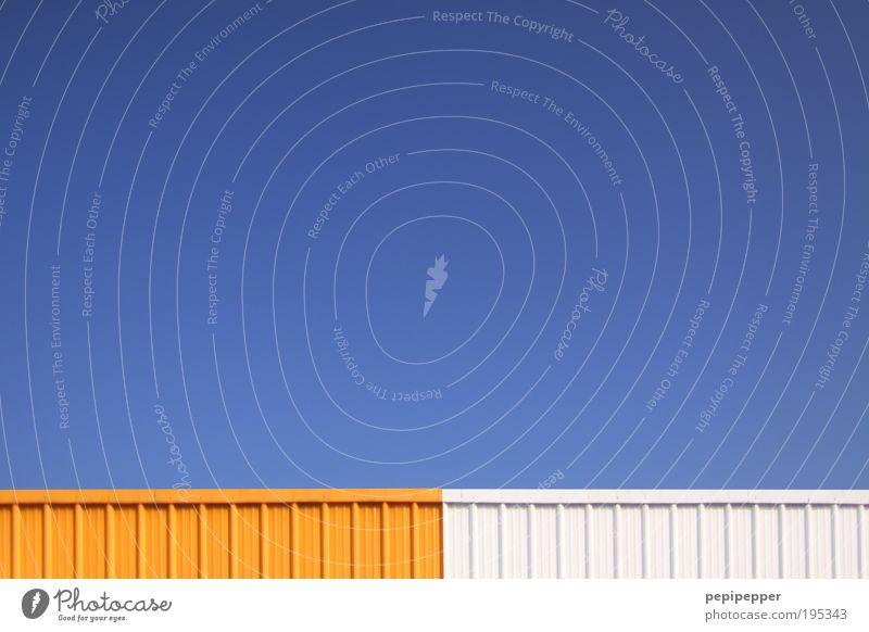 Randerscheinung Himmel blau weiß gelb Wand Gebäude Mauer Metall Fassade Streifen Güterverkehr & Logistik Fabrik Stahl Schönes Wetter Industrieanlage Wolkenloser Himmel