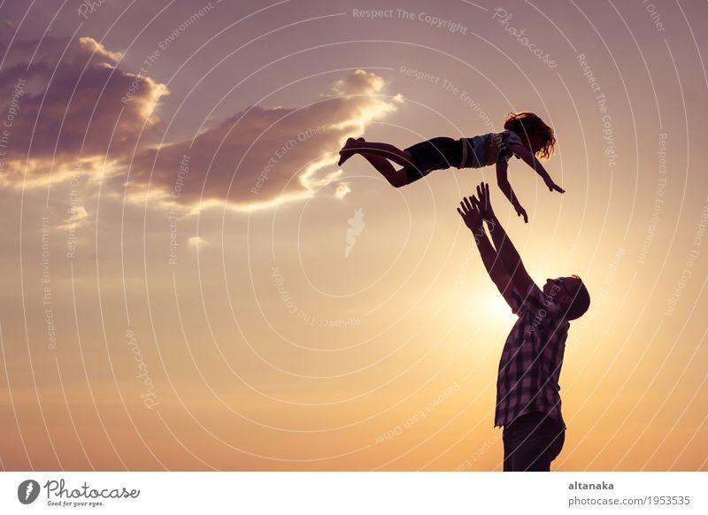 Vater und Sohn, die auf dem Strand zur Tageszeit spielen. Kind Natur Ferien & Urlaub & Reisen Mann Sommer Sonne Meer Freude Erwachsene Liebe Lifestyle Sport