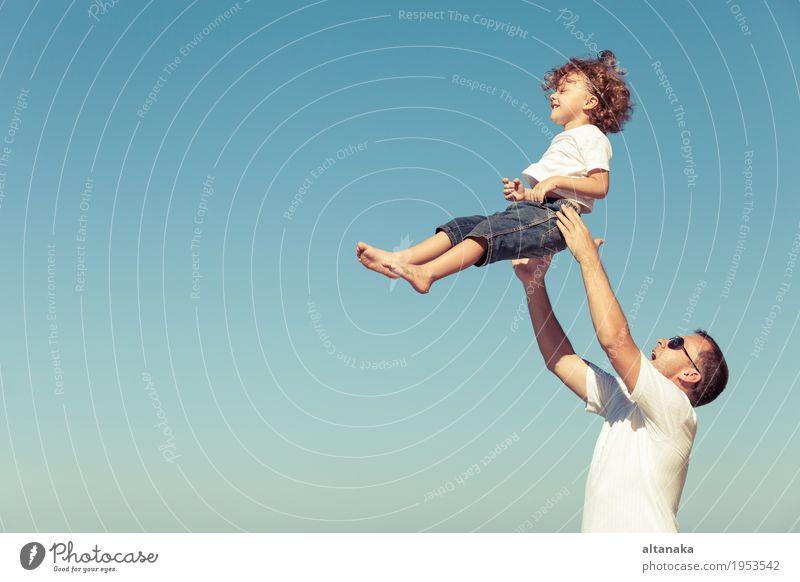 Vater und Sohn, die auf dem Strand zur Tageszeit spielen. Lifestyle Freude Leben Erholung Freizeit & Hobby Spielen Ferien & Urlaub & Reisen Ausflug Freiheit