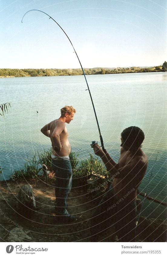 Verangelt Freizeit & Hobby Angeln Mensch maskulin Junger Mann Jugendliche Freundschaft 2 18-30 Jahre Erwachsene Natur Landschaft Wasser Sonnenlicht Sommer
