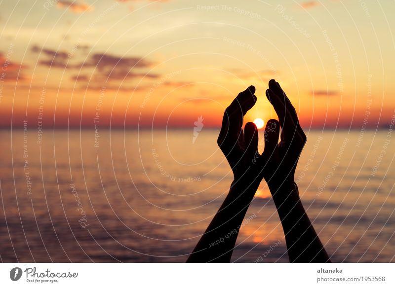 Silhouette der weiblichen Hände während des Sonnenuntergangs Mensch Himmel Natur Himmel (Jenseits) Sommer Farbe Hand Strand Leben Religion & Glaube Liebe