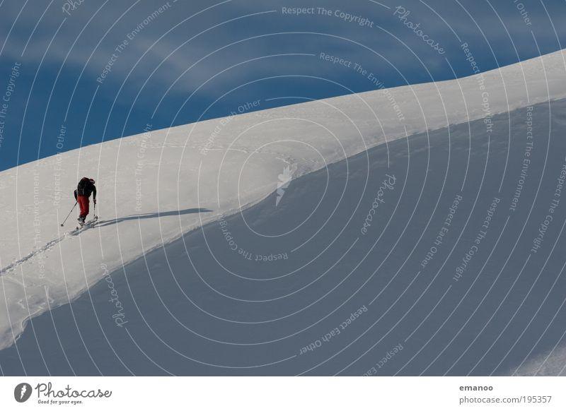 gratwanderung Mensch Ferien & Urlaub & Reisen Winter Freude Erwachsene Schnee Sport Freiheit Berge u. Gebirge gehen laufen Ausflug wandern maskulin Abenteuer