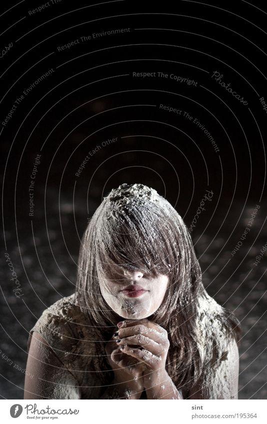 eingeschneit Lifestyle Mensch feminin Junge Frau Jugendliche Haare & Frisuren brünett langhaarig Mehl warten außergewöhnlich dunkel einzigartig verrückt bizarr