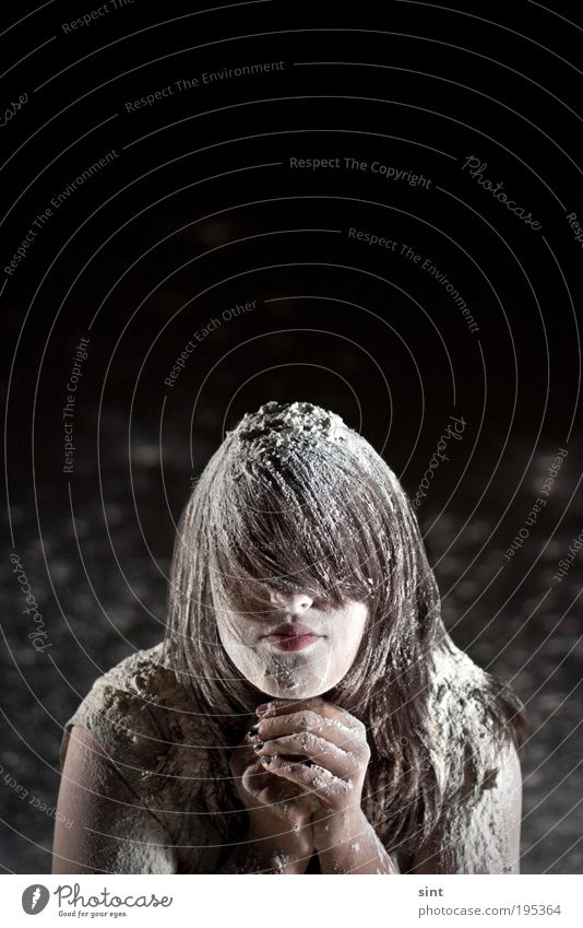 eingeschneit Mensch Jugendliche dunkel feminin Haare & Frisuren warten verrückt Lifestyle einzigartig außergewöhnlich Gelassenheit brünett bizarr Erwartung langhaarig Frau