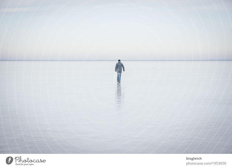 Eisspaziergang III wandern 1 Mensch Himmel Horizont Winter Frost See blau grau ruhig Fernweh Einsamkeit Ferne Farbfoto Gedeckte Farben Außenaufnahme